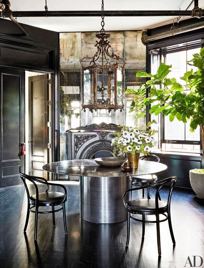 смелая столовая комната с зеркальным камином фото