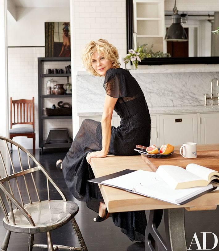 массивный деревянный стол на кухне Мег Райан