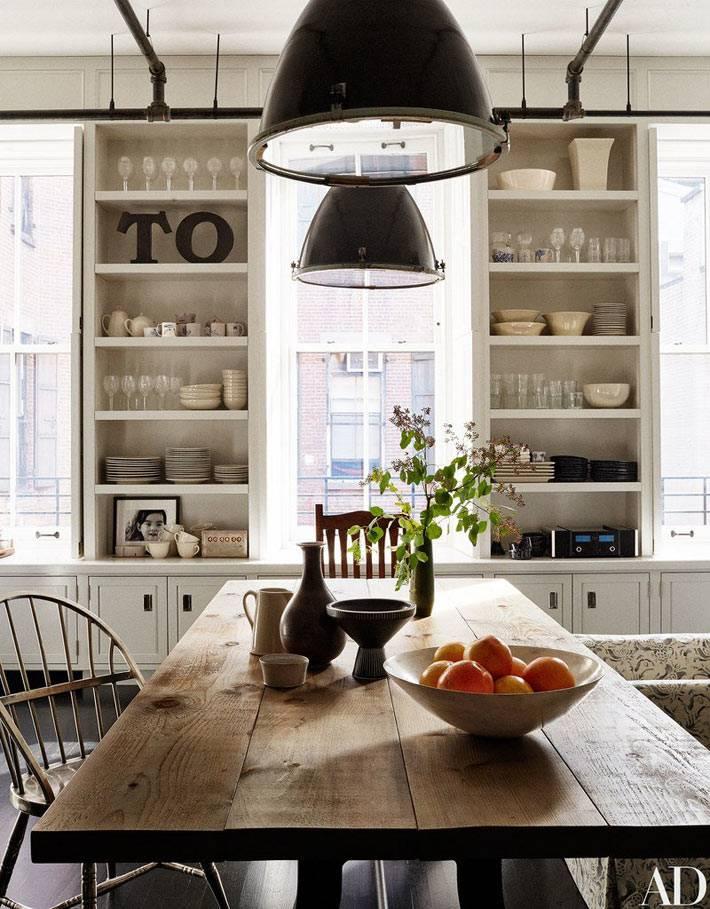 Деревянный стол и открытые полки на кухне Мег Райан фото