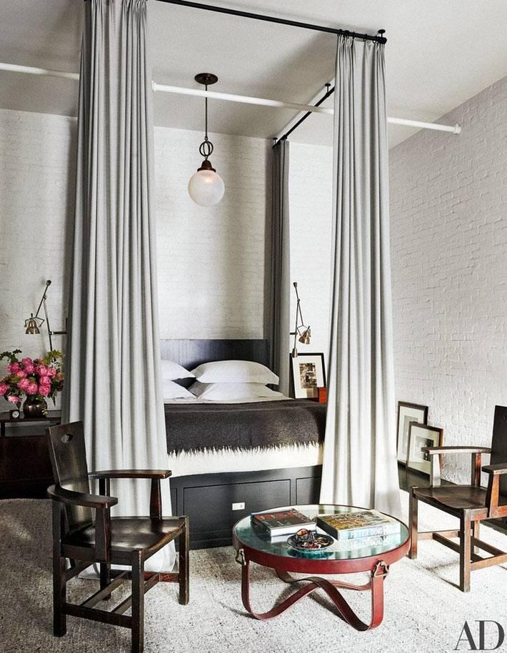 кровать с балдахином в спальне с белыми кирпичными стенами
