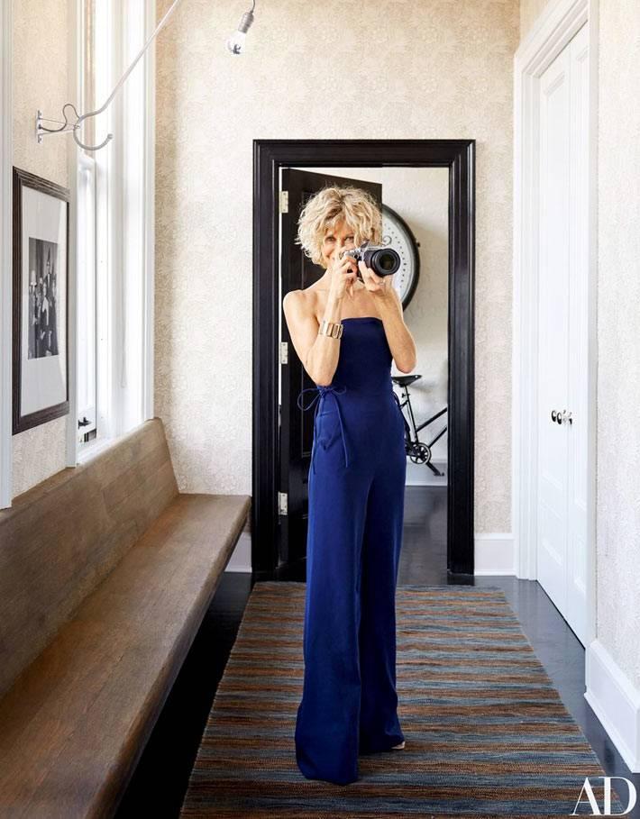 Мег Райан в синем комбинезоне в интерьере прихожей фото