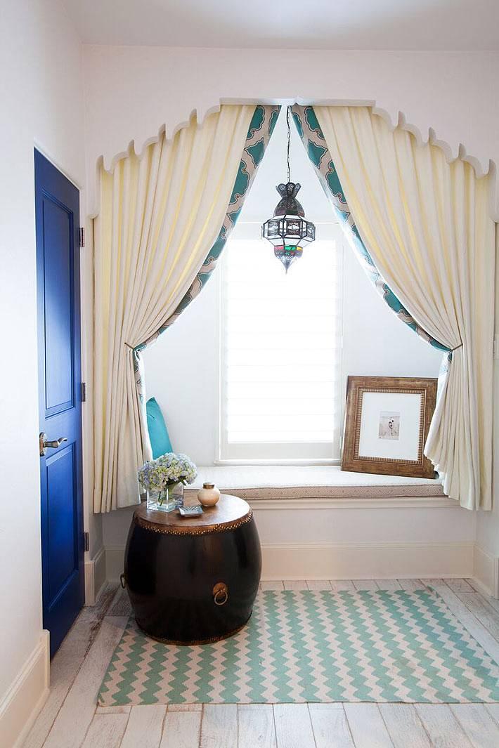 Ваная комната с резной аркой возле окна фото