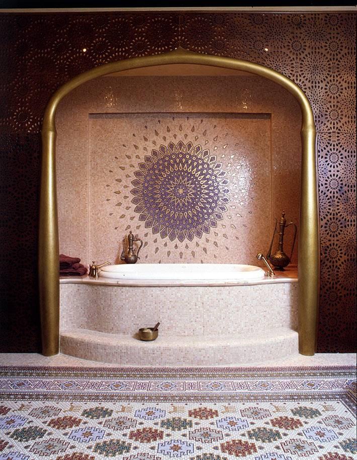 Ажурная перегородка и красивая мозаика в ванной комнате фото