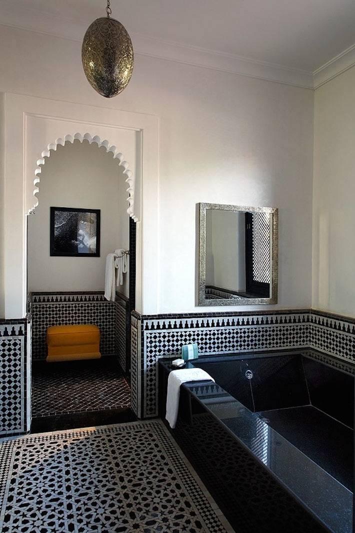 Ванна черного цвета в сочетании с белыми стенами фото