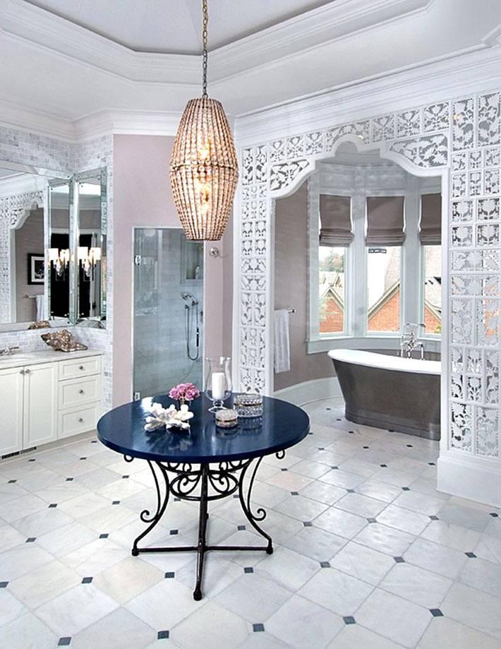 Ажурная перегородка в ванной напоминает марокканский стиль