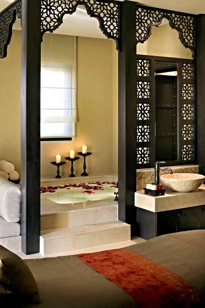 зона ванной для купания отделена черной перегородкой