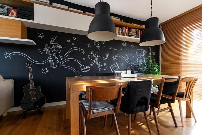 Современная кухня с использованием дерева и грифельной стены