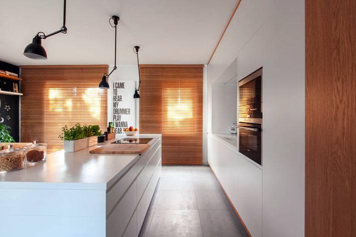 глянцевая кухонная белая мебель с деревянными вставками