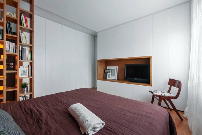 Белый шкаф в интерьере спальни с нашей для телевизора фото