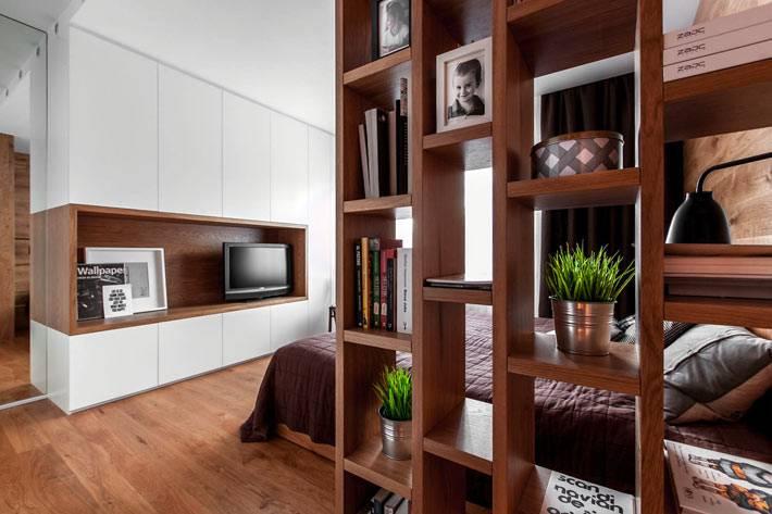 деревянный стеллаж-перегородка в спальной зоне фото