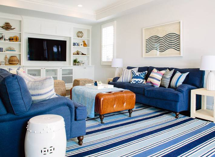 морской стиль комнаты с синими диванами и белыми стенами