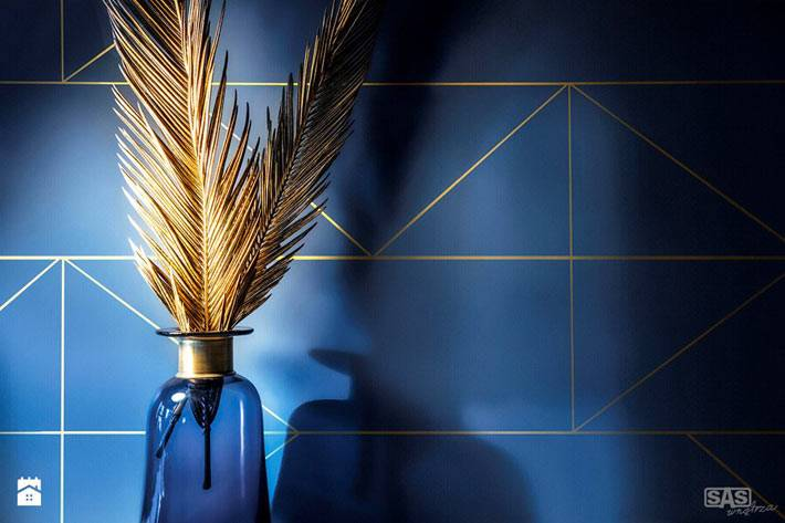 Синий цвет с золотыми акцентами в декоре квартиры фото