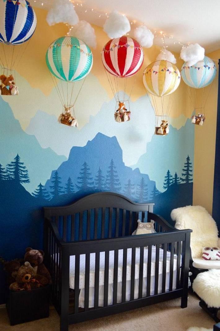 Разноцветные воздушные шары над детской кроваткой фото