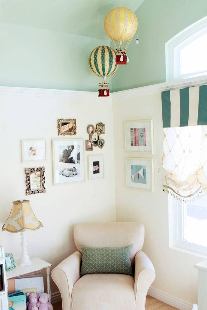 яркие воздушные шары над креслом в детской