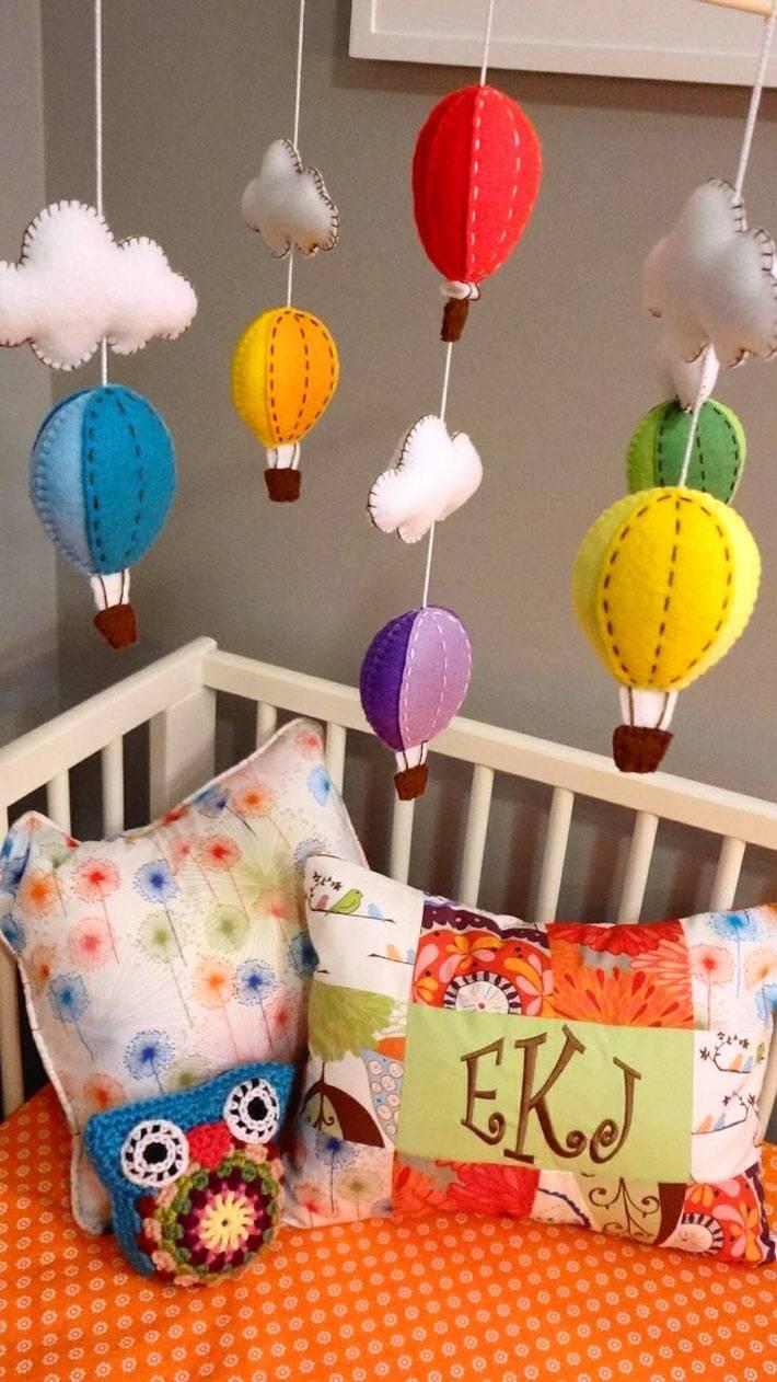 """Мобиль """"Воздушные шары"""" над детской кроваткой своими руками"""
