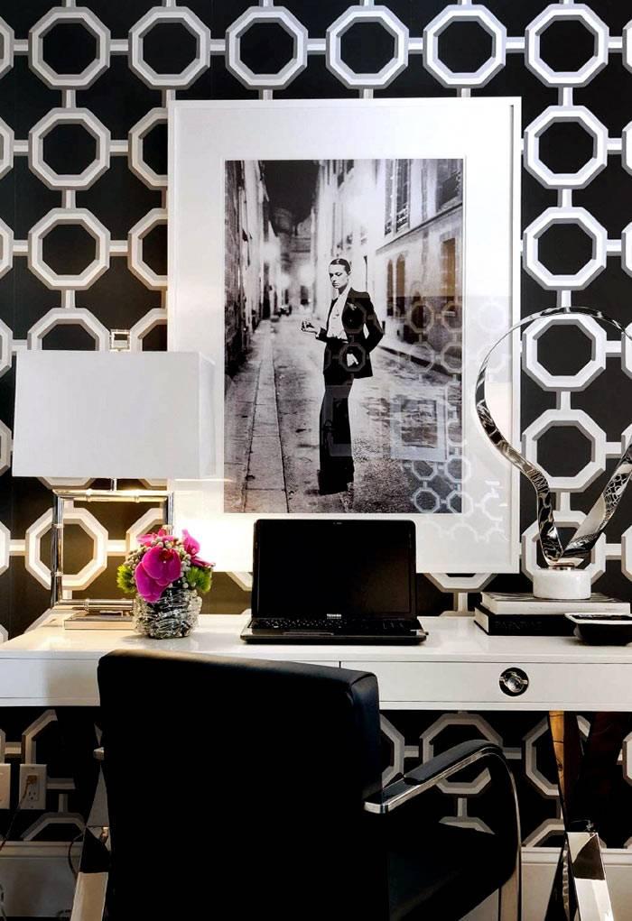 Белый рабочий стол на фоне красивых черных обоев фото