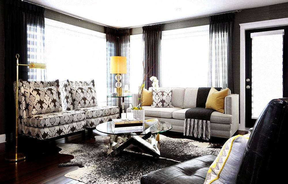 Шкура на полу в интерьере гостиной комнаты в темном цвете фото