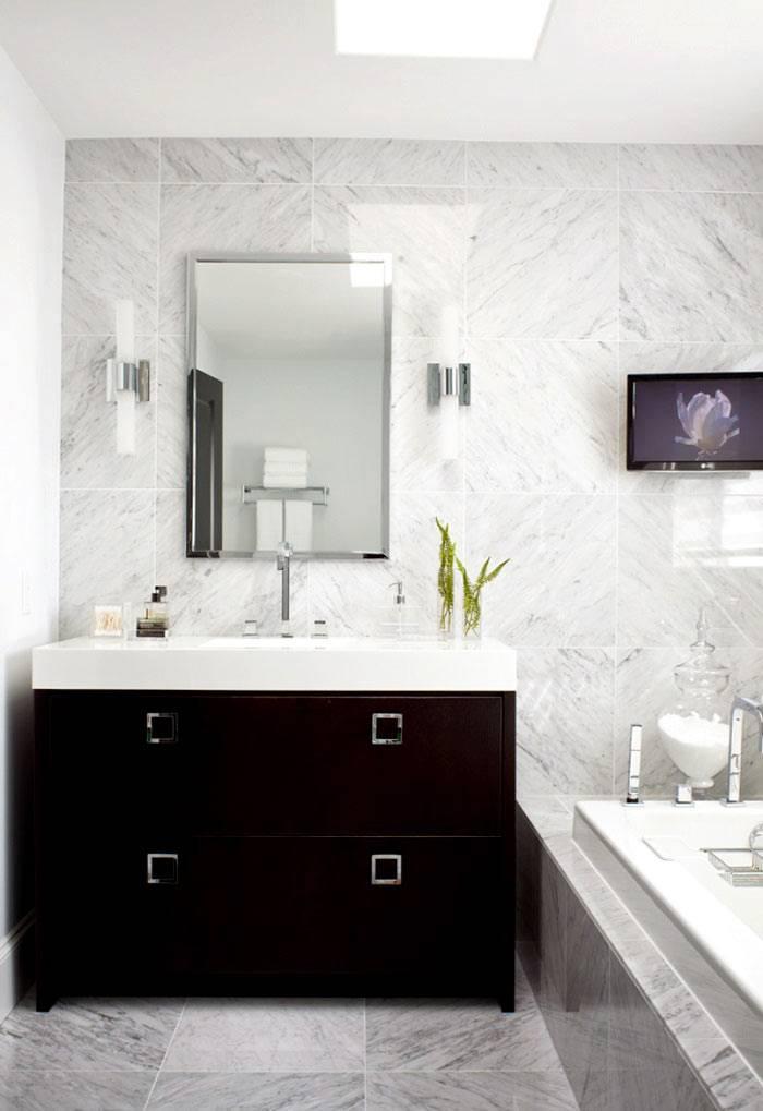 Ванная комната облицована мраморной плиткой фото