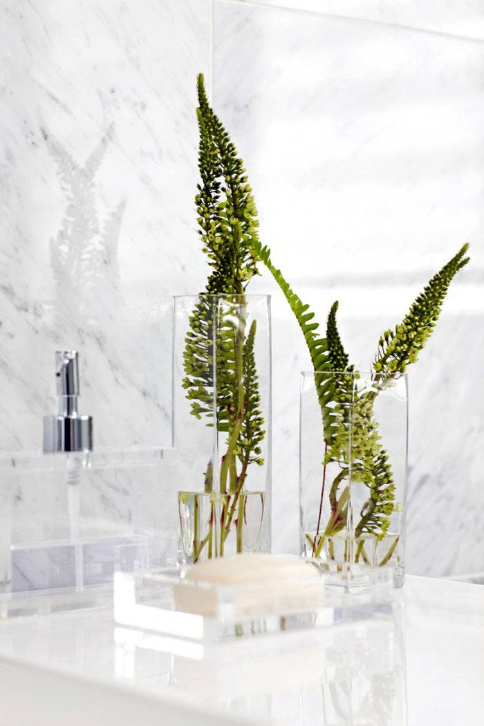 Декоративные квадратные вазы с зеленью в ванной комнате фото
