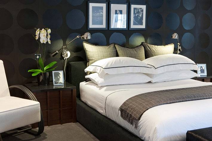 Зеленые растения в интерьере спальни с черной стеной фото