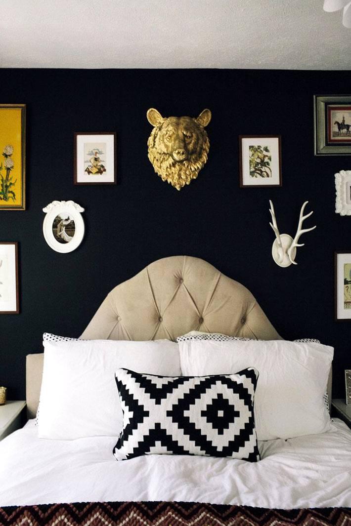 белые рамки и белый декор на черной стене в спальне