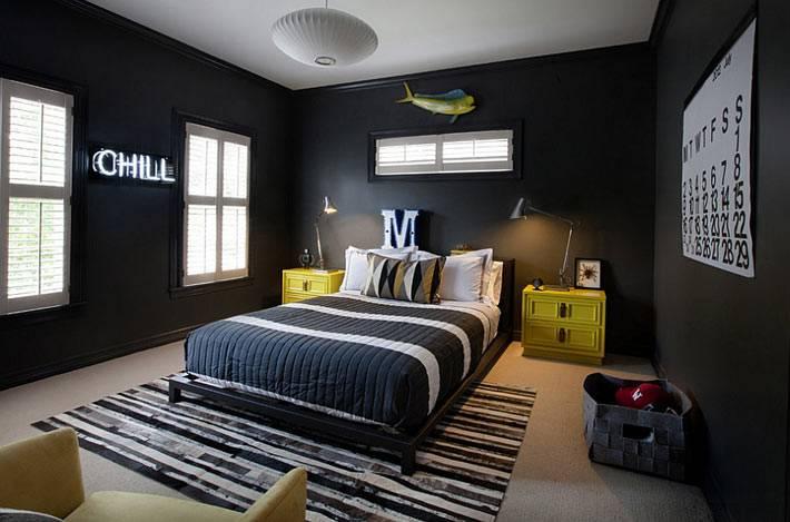 черный интерьер комнаты для подростка с желтыми тумбами