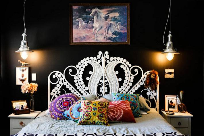 Белая кровать в спальне с черными стенами фото
