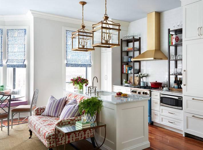Квадратные подвесные светильники над кухонным столом фото