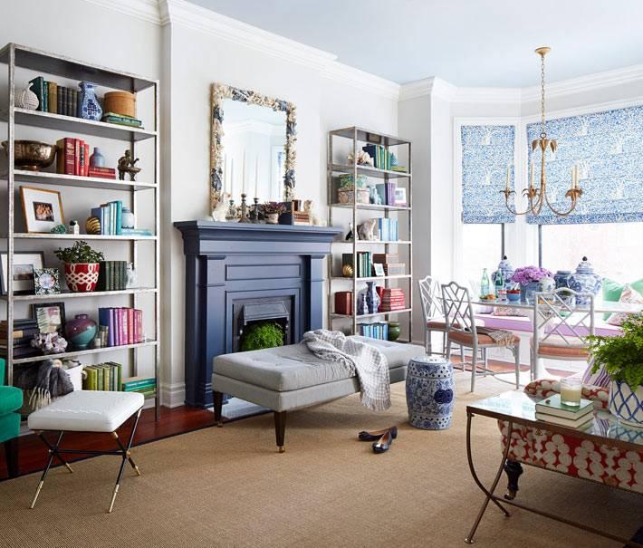 синий фальшкамин в гостиной комнате фото