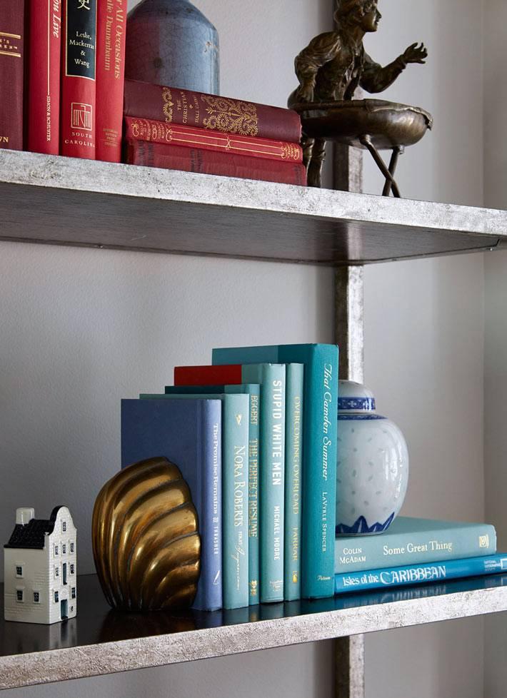 Сортировка книг на полках по одинаковому цвету фото