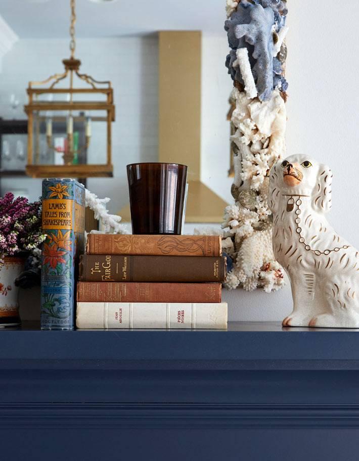 Декоративные мелочи на каминной полке в гостиной фото