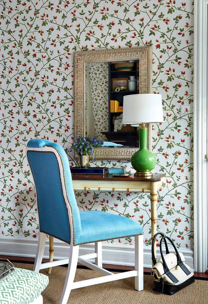 туалетный столик в виде консоли и зеркала на стене