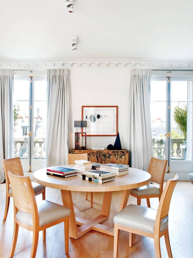 круглый обеденный стол и стулья из светлого дерева