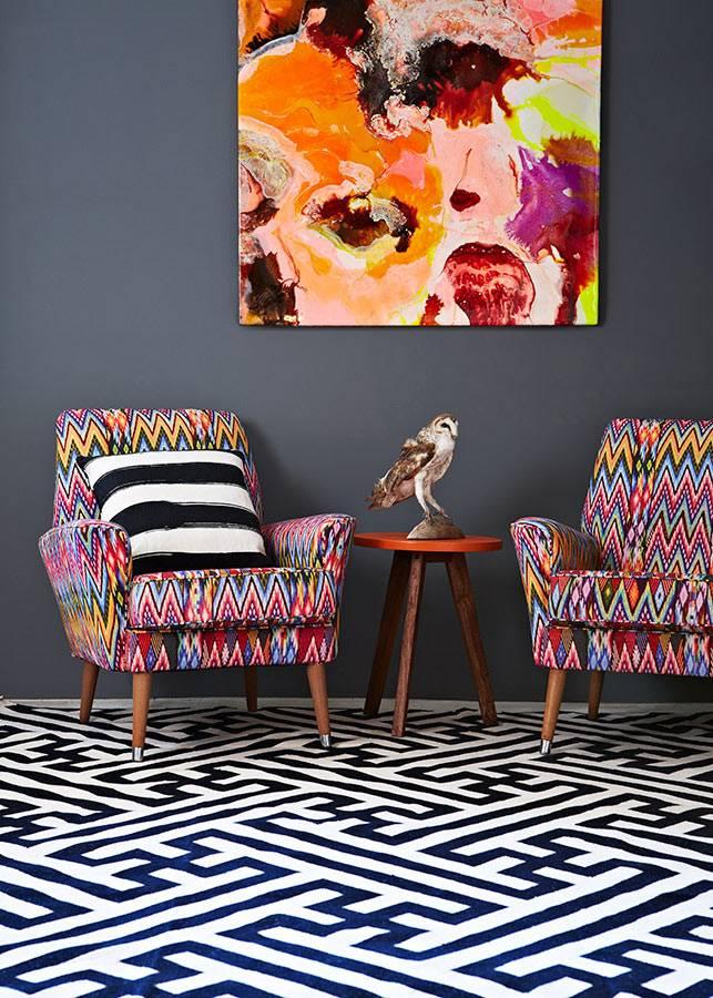 Пестрый текстиль и яркая картина в интерьере фото
