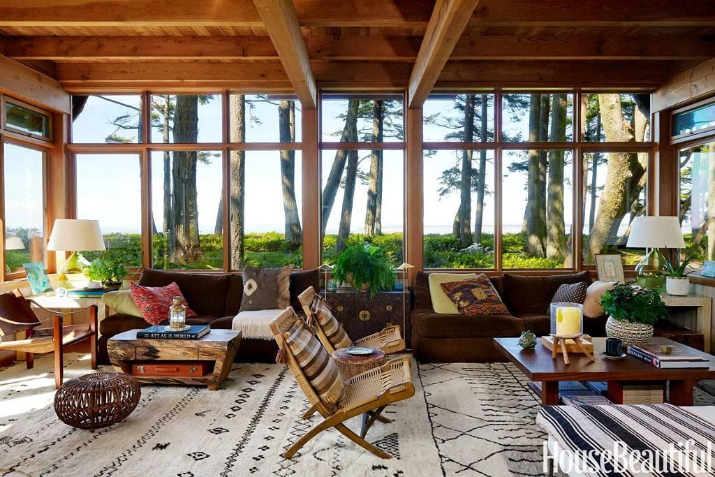 Панорамные окна в доме, который находится среди природы фото