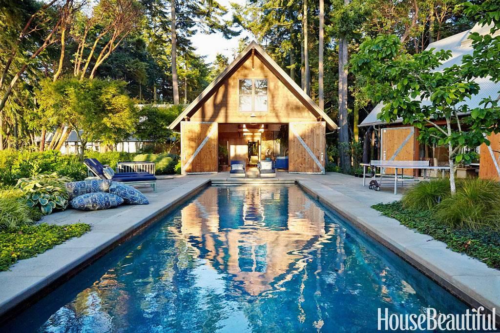 большой бассейн с шехлонгами у дома фото