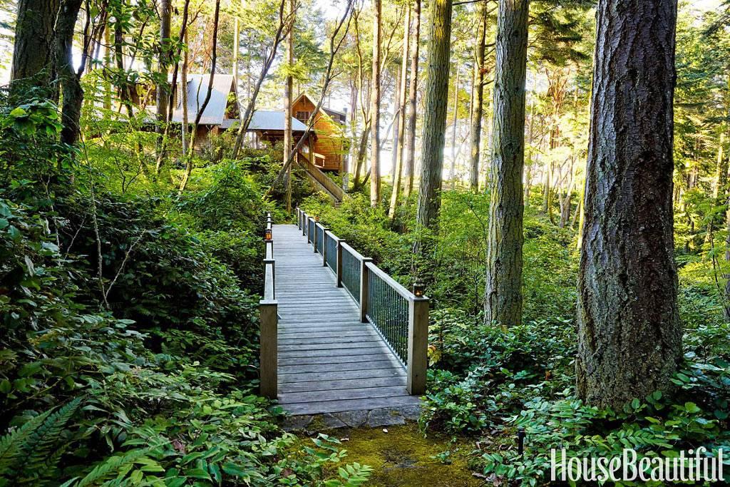 хорошо иметь дом в лесу среди зеленых деревьев
