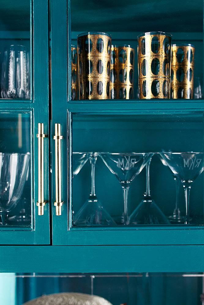 буфет-сервант для красивых бокалов на синей кухне