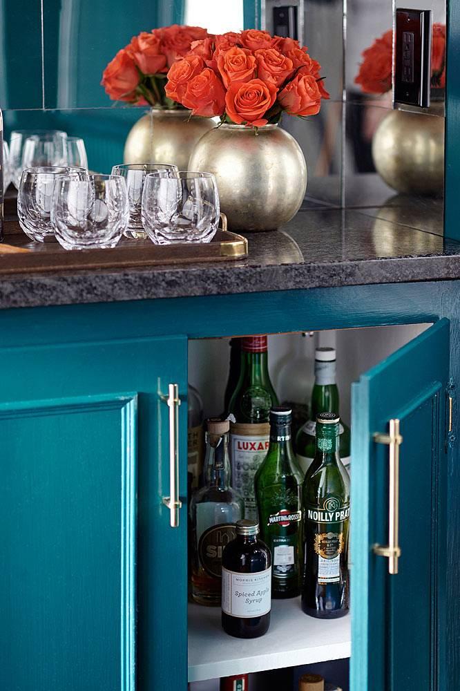 хранение алкоголя в синей тумбочке на кухне