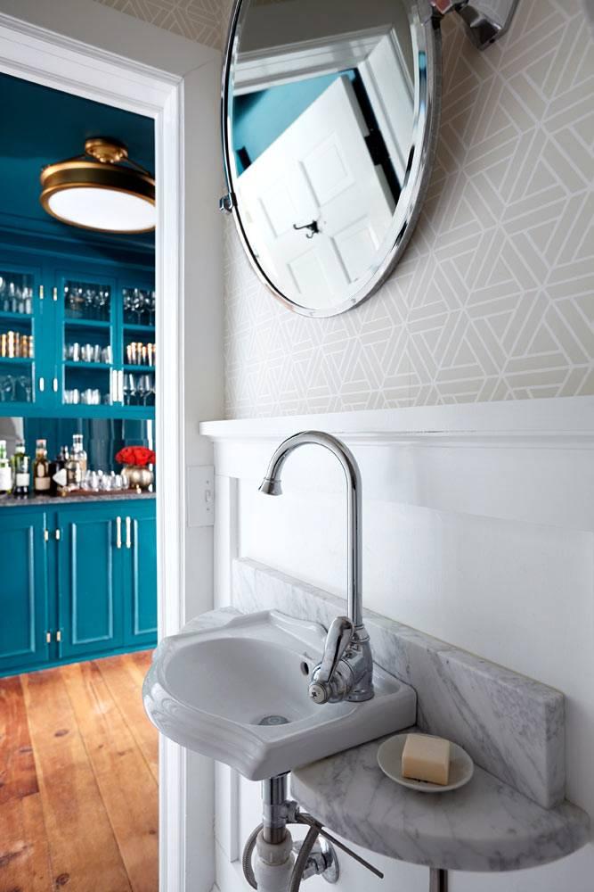 Светлое пространство туалетной комнаты при кухне фото