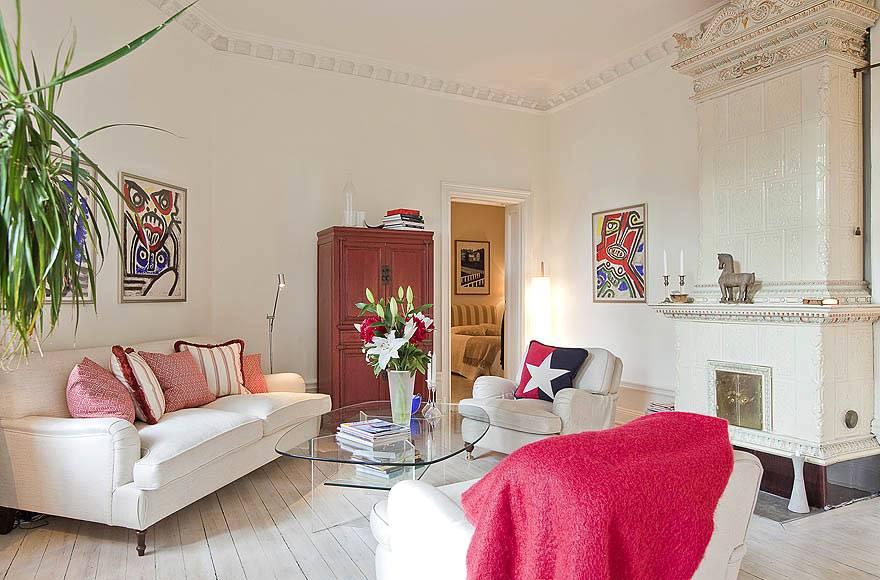 Красивый интерьер гостиной с каминной печью в квартире фото