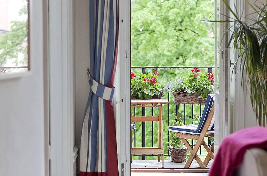 Выход на балкон из гостиной комнаты в квартире в Швеции фото
