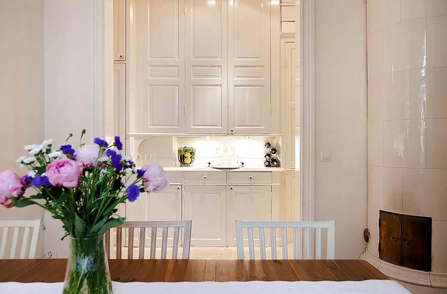 кухонная зона в бежевом цвете с живыми цветами