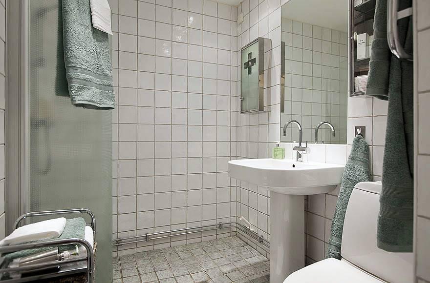 Простая белая плитка для ванной комнаты фото