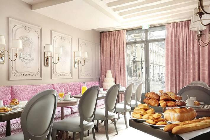 Сочетание розового и серого цветов в дизайне ресторана отеля
