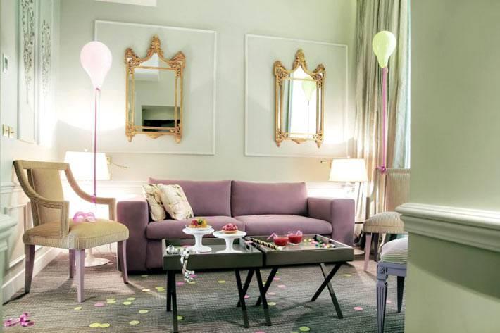 лиловый диван и светильники-надувные шары фото
