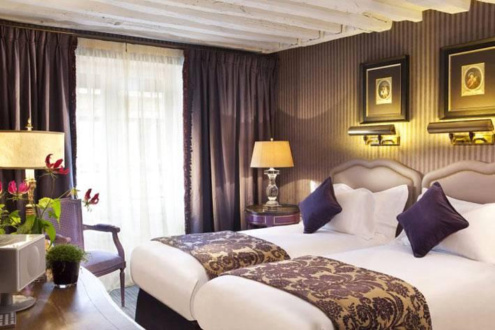 Красивый дизайн интерьера комнаты отеля с раздельными кроватями фото