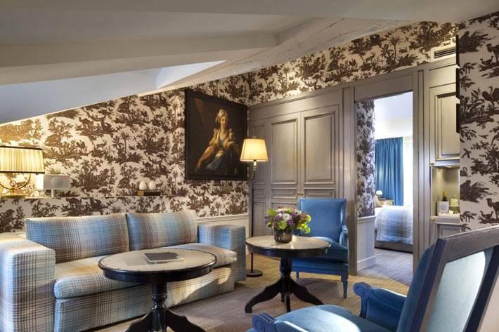 мансарлная комната-гостиная с коричневыми обоями фото