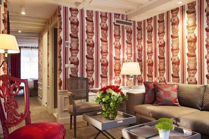 красные обои перекликаются с красной мебелью в комнате
