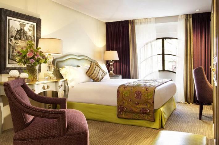 красивейший дизайн спальни с зеленой кроватью